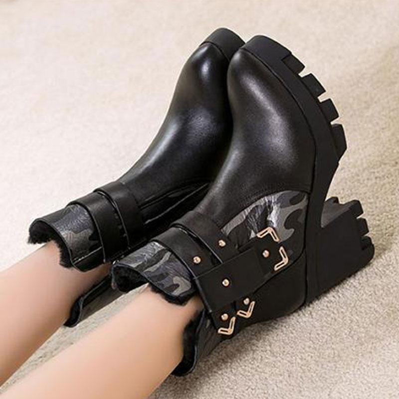 麦昆秋冬新款女短靴皮毛一体迷彩粗跟马丁靴皮带扣防水台短筒女靴